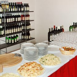 Navštívte vinotéku a ochutnajte skalické víno.