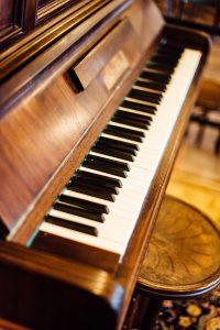Posedenie pri káve u štýlového klavíru.