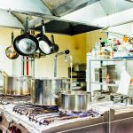 Jedlo pripravujeme v modernej kuchyni.