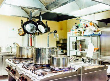Jedlo pripravujeme v modernej kuchyni reštaurácie Srdiečko