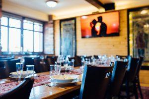 Romantický večer vo dvojici v štýlovej reštaurácii.