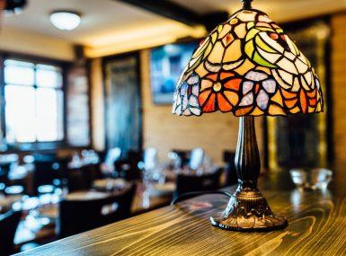 Srdiečko a romantická večera pri štýlovej lampe