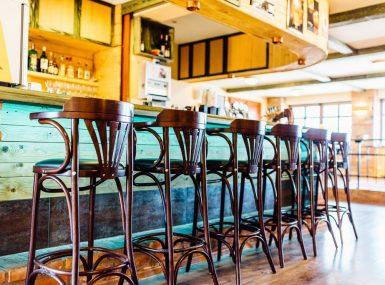 Posedenie u baru s priateľmi v Skalici