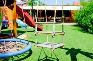 Detské ihrisko v záhradnej reštaurácii Srdiečko v Skalici ponúka hojdačky a nafukovacie atrakcie pre deti.