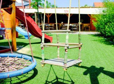 Detské ihrisko v záhradnej reštaurácii Srdiečko v Skalici ponúka hojdačky a nafukovacie atrakcie pre deti