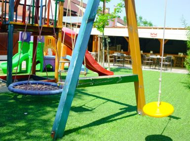 Zakrytú letnú terasu so záhradkou a detským kútikom v Skalici v reštaurácii Srdiečko
