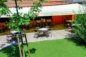 Letná terasa s výhľadom na záhradu sa nachádza v priestoroch reštaurácie Srdiečko.