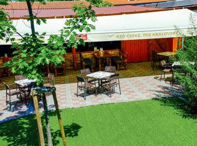 Letná terasa s výhľadom na záhradu sa nachádza v priestoroch reštaurácie Srdiečko