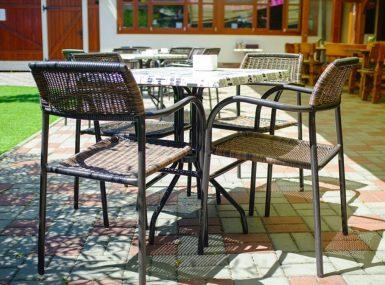 Posedenie s celou rodinou na letnej terase s detským ihriskom ponúka Reštaurácia Srdiečko v Skalici