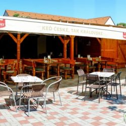 Priestory krytej letnej terasy so záhradou pre firemnú oslavu alebo párty v Skalici.