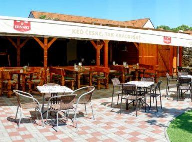 Priestory krytej letnej terasy so záhradou pre firemnú oslavu alebo párty v Skalici
