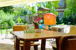 Priestory pre rodinnú oslavu na letnej terase so záhradou ponúka reštaurácia Srdiečko v Skalici.