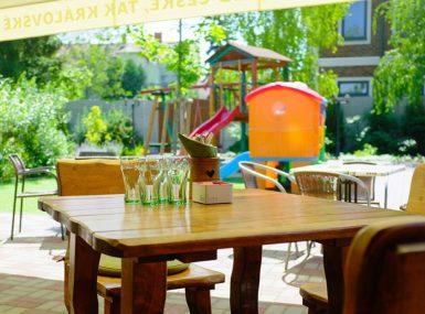 Priestory pre rodinnú oslavu na letnej terase so záhradou ponúka reštaurácia Srdiečko v Skalici