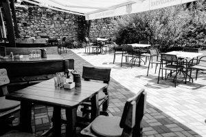Krytá letná terasa so záhradkou pre rodinnú oslavu a narodeninovú party v Skalici.