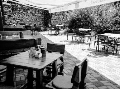 Krytá letná terasa so záhradkou pre rodinnú oslavu a narodeninovú party v Skalici