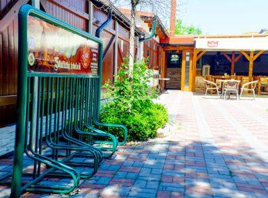 Priestory pre cyklistov a stojanom na bicykle v skalickej reštaurácii Srdiečko