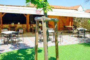 Posedenie a obed na letnej terase v Skalici ponúka reštaurácia Srdiečko.