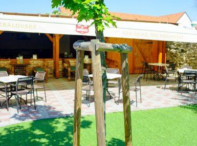 Posedenie a obed na letnej terase v Skalici ponúka reštaurácia Srdiečko