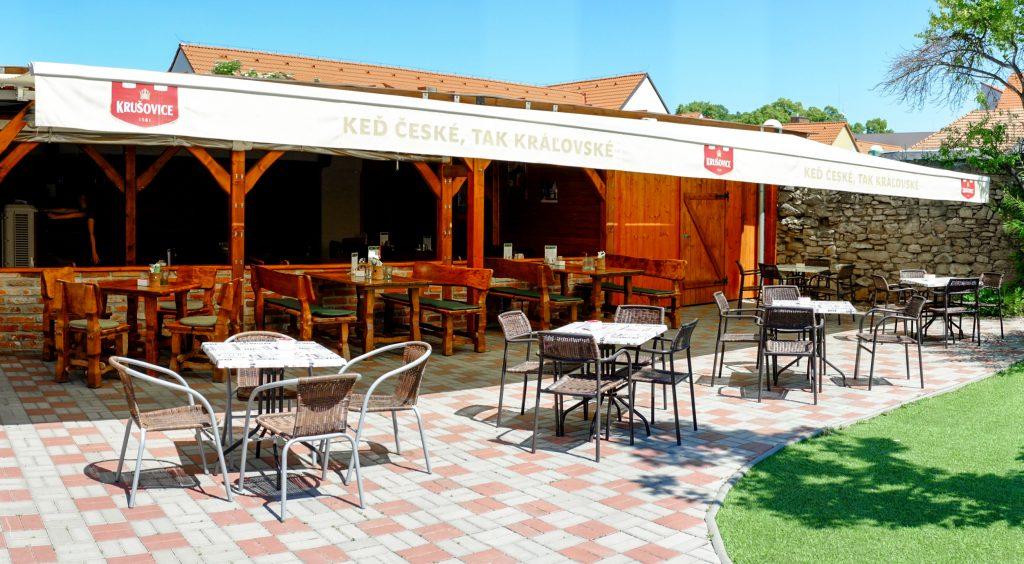 Letná terasa a záhradná reštaurácia Srdiečko v Skalici.